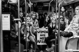 """Parigi, se la parola """"donna"""" fa paura: mostra di ritratti femminili vandalizzata dalle transfemministe"""