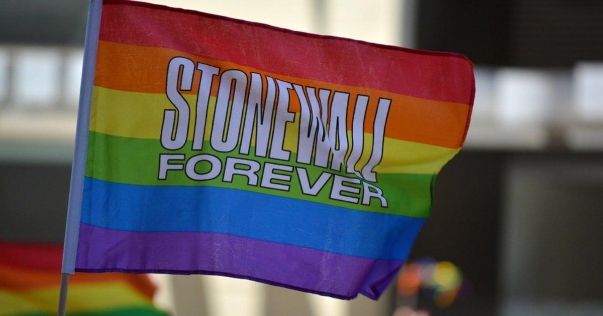 UK, la Commissione per l'Uguaglianza e i Diritti Umani chiude i rapporti con gli Lgbt di Stonewall<br /><span class='post-summary'>I diritti umani valgono per tutti, non solo per le persone Lgbt, a cominciare dalla libertà di parola: la Commissione per l'Uguaglianza rompe con Stonewall e dice basta a censura e pensiero unico. Un altro colpo al transcult in Gran Bretagna</span>